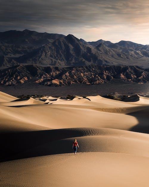 Foto profissional grátis de andando, ao ar livre, areia, arenoso