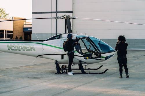 Gratis stockfoto met helikopter, mensen, propeller, staand