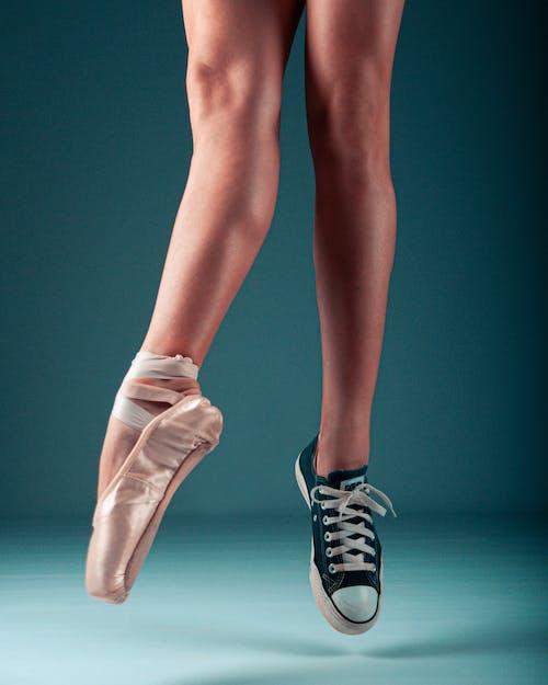 Fotobanka sbezplatnými fotkami na tému baletné topánky, Converse, detailný záber, dievča