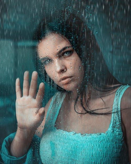 Foto profissional grátis de cabelo castanho, cara, chovendo, chuva