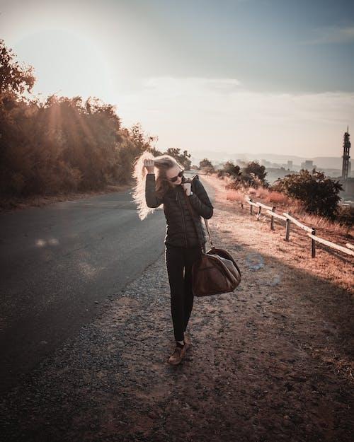 Fotobanka sbezplatnými fotkami na tému blond vlasy, blondína, cesta, cestovať