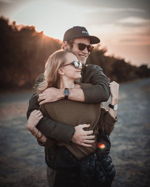 Δωρεάν στοκ φωτογραφιών με αγάπη, αγκαλιά, αγκάλιασμα, βάθος πεδίου