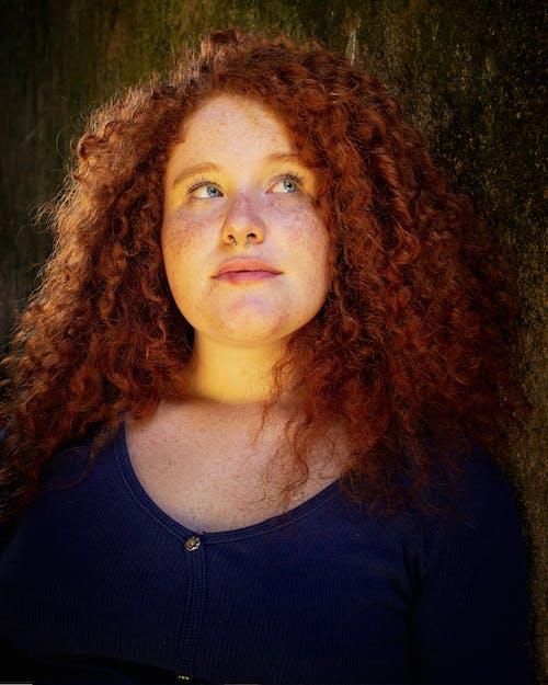 Foto d'estoc gratuïta de arracada al nas, cabells arrissats, cabells pèl-roigs, cara