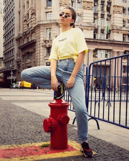 Foto d'estoc gratuïta de a l'aire lliure, boca d'incendi, camisa groga, conjunt de roba