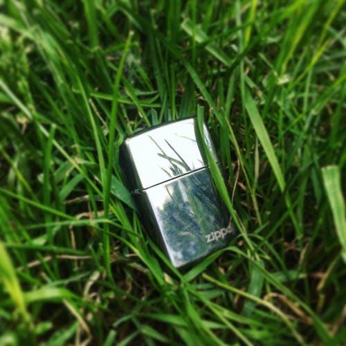 Fotobanka sbezplatnými fotkami na tému selektívne zaostrenie, tráva, zapaľovač, zippo