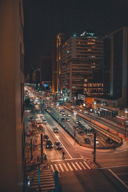 Foto profissional grátis de centro da cidade, cidade, estrada, noite