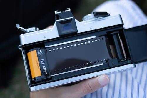 คลังภาพถ่ายฟรี ของ กล้อง, กล้องอินสแตนท์, คน, ฟิล์ม