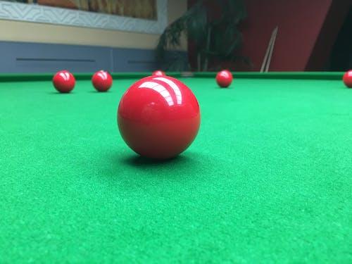 Fotobanka sbezplatnými fotkami na tému bazén, biliard, biliardový stôl, červená lopta
