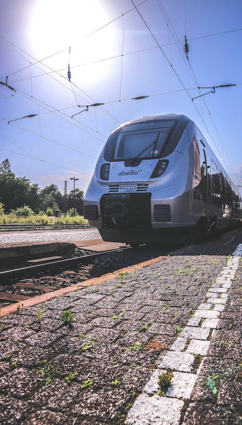 Kostnadsfri bild av blå himmel, grå, järnvägsplattform, järnvägsspår