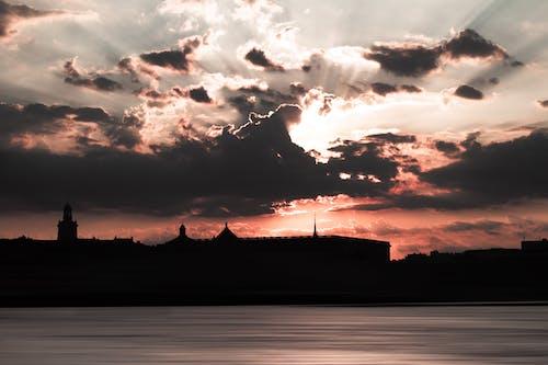 Foto stok gratis awan, badan air, bayangan hitam, langit yang dramatis