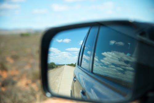 Безкоштовне стокове фото на тему «автомобіль, бічне дзеркало, віддзеркалення, дорога»
