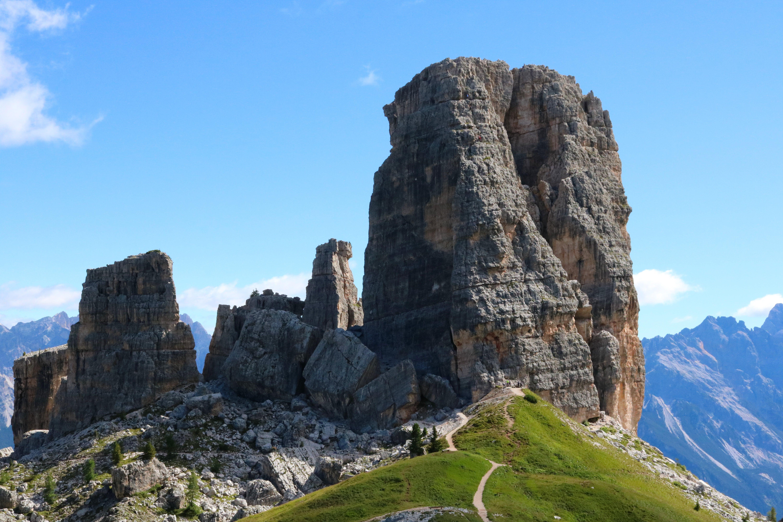 Gratis lagerfoto af bjerg, cinque torri, Dolomitterne, græs