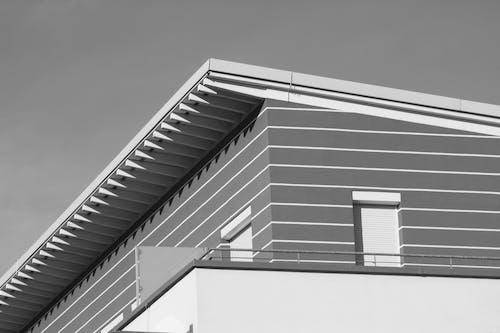 Fotografia Ad Angolo Basso Di Un Edificio In Cemento Grigio E Bianco