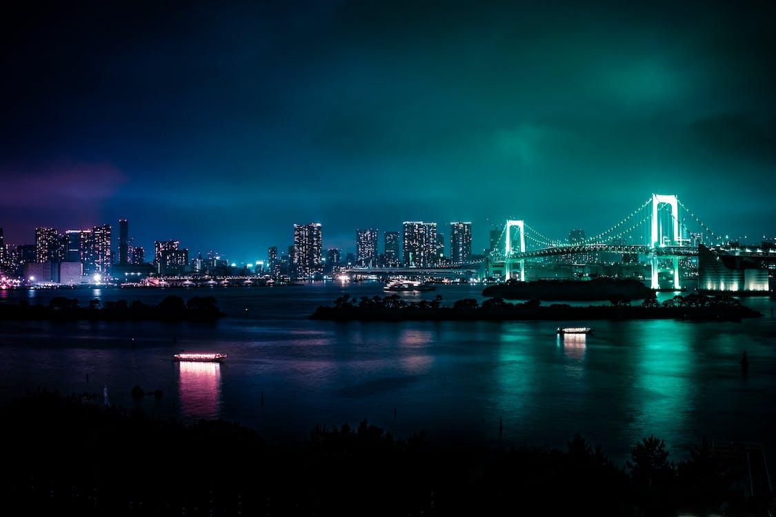 Ponte Iluminada à Noite
