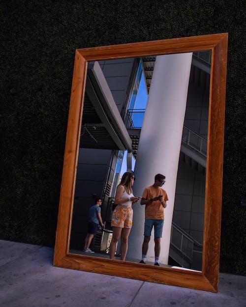 Бесплатное стоковое фото с зеркало, зеркальная фотография, люди, отражающий