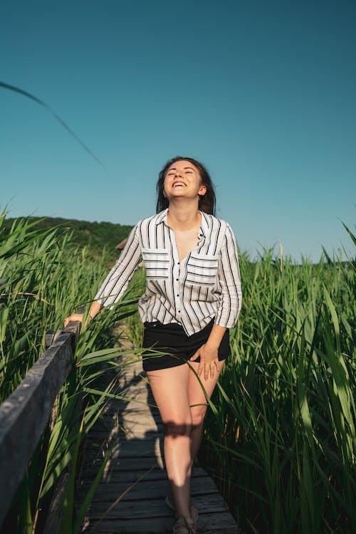 Fotobanka sbezplatnými fotkami na tému bruneta, cestička, chodník, chôdza