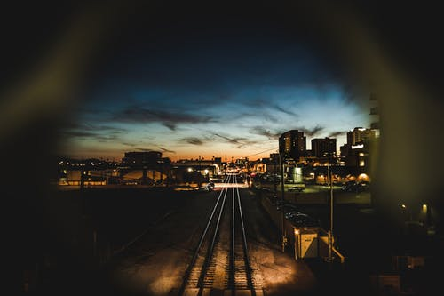 Darmowe zdjęcie z galerii z głębia pola, kolej, linie kolejowe, miasto