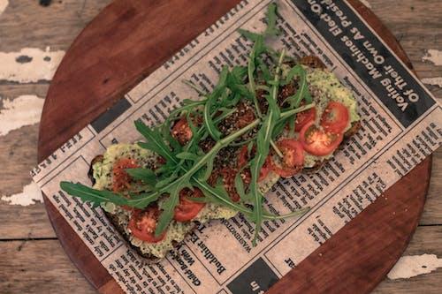 Kostenloses Stock Foto zu avocado, basilikum, brot, essen
