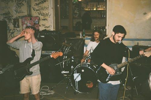 Gratis stockfoto met band, gitaar, gitarist, gozers
