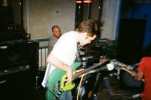 Ingyenes stockfotó előadás, Férfi, gitár, gitáros témában