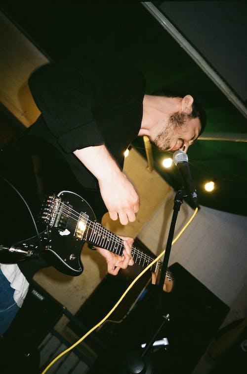 Ingyenes stockfotó alacsony szögű felvétel, alacsony szögű fényképezés, elektromos gitár, előadás témában