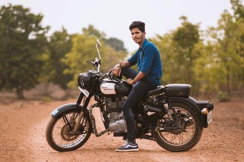 Фотография человека, сидящего на мотоцикле