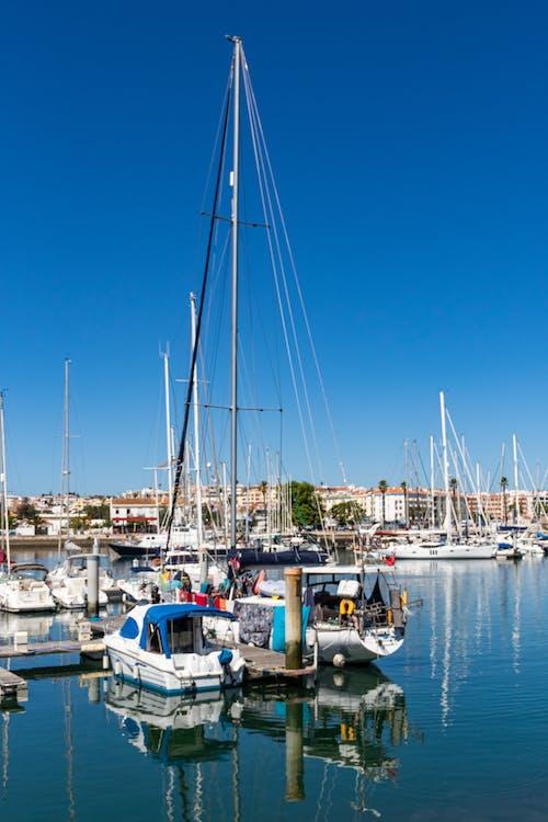 deniz araçları, direk, gemiler, Liman içeren Ücretsiz stok fotoğraf