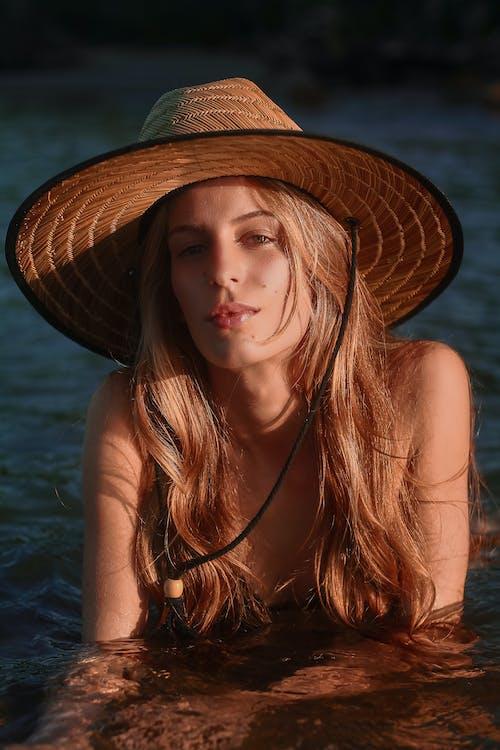 Безкоштовне стокове фото на тему «біляве волосся, блондинка, вираз обличчя, волосина»