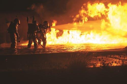 Feuerwehrmänner Sprühen Wasser Auf Loderndes Feuer