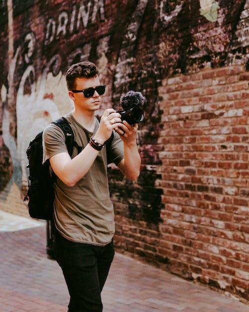 Δωρεάν στοκ φωτογραφιών με άνδρας, άνθρωπος, κάμερα, ντύνομαι