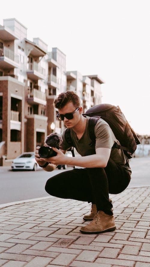 Δωρεάν στοκ φωτογραφιών με videographer, άντρας, αστικός, κάμερα
