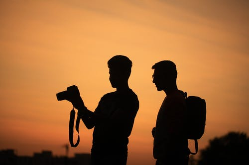 arkadan aydınlatılmış, fotoğrafçı, gün batımı, gün doğumu içeren Ücretsiz stok fotoğraf
