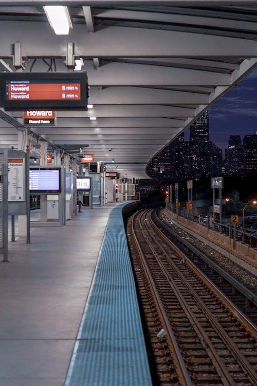 Gratis arkivbilde med jernbane, jernbanestasjon, plattform, stasjon