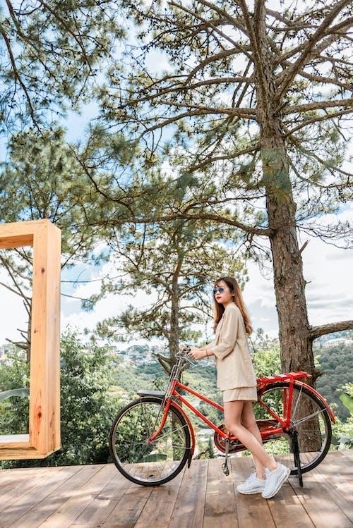 Безкоштовне стокове фото на тему «велосипед, жінка, мода, мотоцикл»
