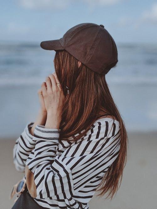 Základová fotografie zdarma na téma baseballová čepice, brunetka, cestování, cestovatel