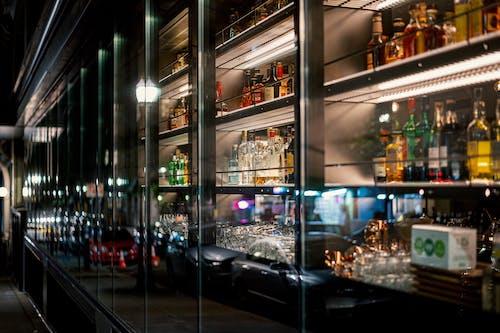 Ilmainen kuvapankkikuva tunnisteilla alkoholi, alkoholijuomat, alkoholipullot, autot