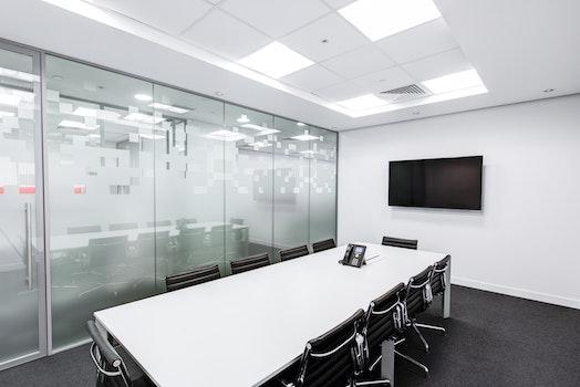 Kostenloses Stock Foto zu schwarz und weiß, schreibtisch, büro, tisch