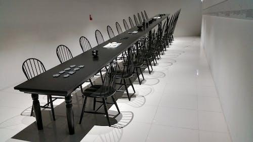 Foto d'estoc gratuïta de arquitectura, blanc i negre, buit, cadires