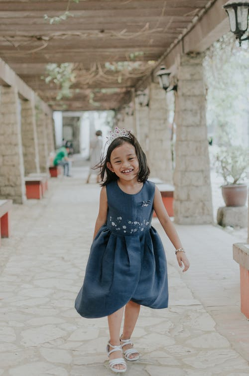Foto d'estoc gratuïta de caminant, expressió facial, feliç, infant