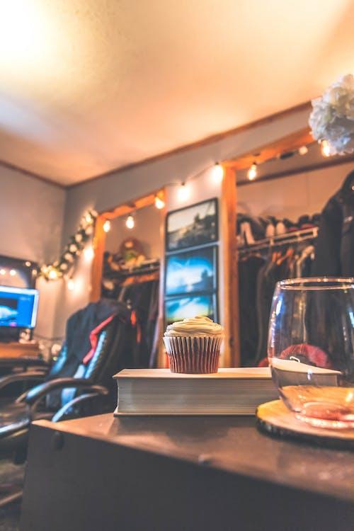 Gratis lagerfoto af cupcake, hjemmekontor, vinglas