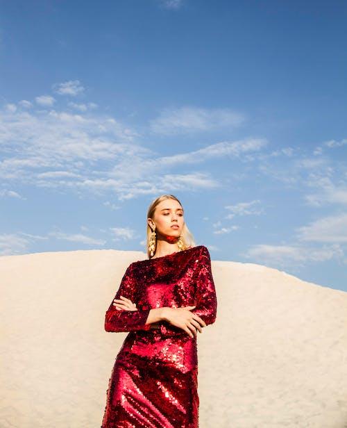 Foto stok gratis bagus, berpose, bukit pasir, cantik