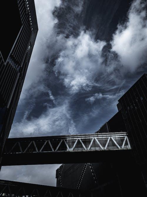 Ảnh lưu trữ miễn phí về bầu trời, cao tầng, cầu, chụp ảnh góc thấp
