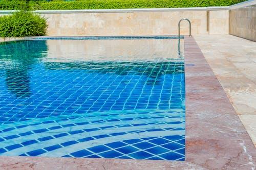 Gratis stockfoto met achtergrond, architectuur, bij het zwembad, blauw