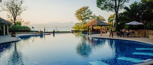 Darmowe zdjęcie z galerii z basen, czas wolny, hotel, idylliczny