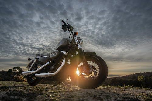 Foto profissional grátis de alvorecer, bicicleta, brilho do sol, cair da noite