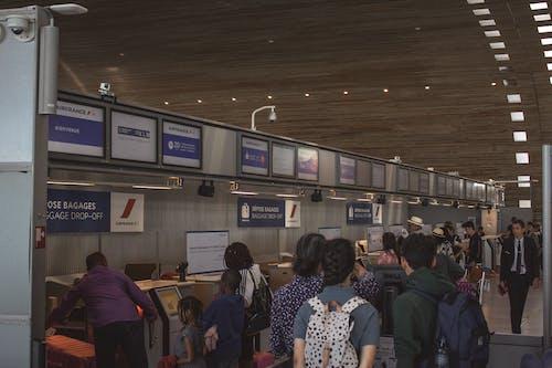Darmowe zdjęcie z galerii z bagaż, dużo ludzi, lotnisko, nadawanie bagażu