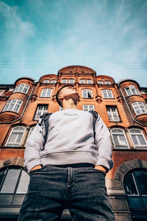 Δωρεάν στοκ φωτογραφιών με άνδρας, αρχιτεκτονική, εξωτερικό κτηρίου, καθημερινό ντύσιμο