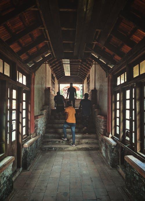 Ilmainen kuvapankkikuva tunnisteilla ihmiset, katukiveys, kävely, käytävä