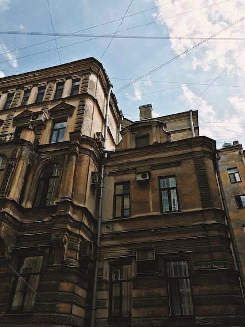 Foto stok gratis Arsitektur, bangunan, bangunan tua, bidikan sudut sempit
