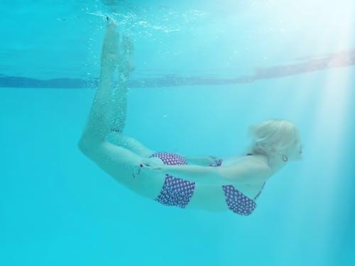 Foto profissional grátis de água, bem-estar, bolinhas, calção